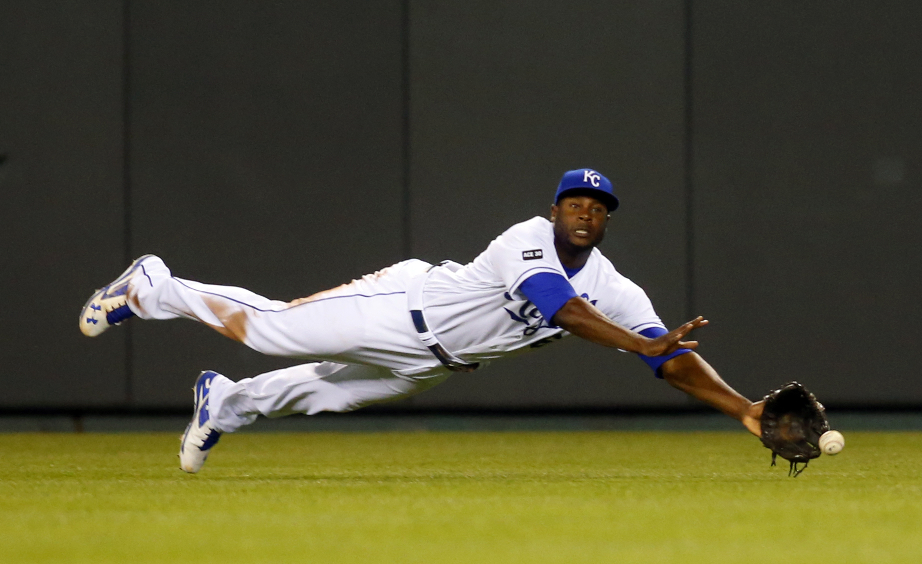 Apr 18, 2017; Kansas City, MO, USA; Kansas City Royals center fielder Lorenzo Cain (6) dives for a ball in the eleventh inning of the game against the San Francisco Giants at Kauffman Stadium. The Giants won 2-1. Mandatory Credit: Jay Biggerstaff-USA TODAY Sports